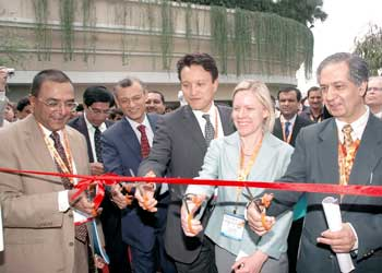 (from left to right) YK Modi, FICCI; D.N Narsimha Raju, Joint Secretary, Indian Ministry of Petroleum & Natural Gas; Woochong Um, Asian Development Bank; Dina Kruger, U.S. EPA; and Alok Perti, Additional Secretary, Indian Ministry of Coal assist in cutting the ribbon to open up the Methane Marketplace at the Partnership Expo.